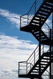 Пожарная лестница против облачного неба стоковая фотография rf
