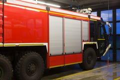 Пожарная машина авиапорта в вечере Стоковые Фотографии RF