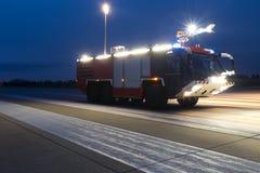 Пожарная машина авиапорта в вечере Стоковые Изображения
