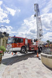 Пожарная машина с лестницей в воздухе на выставке firefighting Стоковое Изображение RF