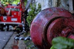 Пожарная машина с жидкостным огнетушителем Стоковые Фотографии RF