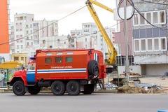 Пожарная машина с ` технического обслуживания ` слов в русском около дома под конструкцией Стоковое фото RF