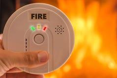 Пожарная сигнализация перед огнем звучит сигнал тревоги стоковые изображения rf