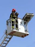 2 пожарного в клетке пожарной машины Стоковое Фото