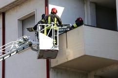 2 пожарного в повышенной клетке пожарной машины Стоковые Фотографии RF