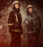 2 пожарного в дыме Стоковое Изображение