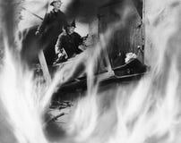 2 пожарного спасая женщину (все показанные люди более длинные живущие и никакое имущество не существует Гарантии поставщика котор Стоковые Изображения RF