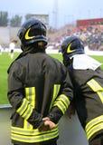 2 пожарного с защитным шлемом во время события спорт Стоковое фото RF