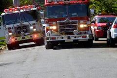 2 пожарной машины на сцене огня стоковые изображения rf