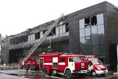 2 пожарной машины около спорт сложного Donbass после огня Стоковые Изображения RF