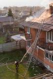 Пожарные воюя бушующий пожар с огромными пламенами горящего timbe стоковое фото rf