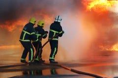 Пожарные воюя огонь Стоковые Изображения RF