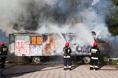 Пожарные воюя пожар ненужного места стоковое изображение rf