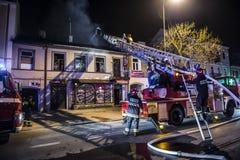 Пожарные воюя пожар стоковые фотографии rf