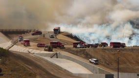 ПОЖАРНЫЕ лесного пожара 1f ПРИЕЗЖАЯ видеоматериал