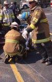 Пожарные и спасители работали на поврежденный стоковые фотографии rf