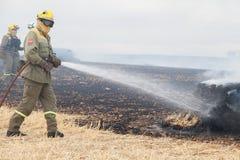 Пожарные кладя вне огонь стоковые изображения rf