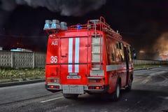 Пожарные машины приехали на огонь стоковая фотография rf