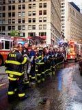 Пожарные Нью-Йорка - Соединенных Штатов, Нью-Йорка работая во время аварийной ситуации в Манхэттене - Нью-Йорке стоковые изображения rf