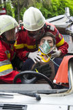 Пожарные помогая жертве Стоковая Фотография RF