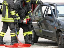 Пожарные раскрывают дверь с мощные пневматические ножницы Стоковые Изображения