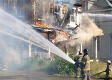 Пожарные сражая пожар Стоковая Фотография