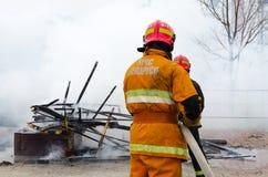 Пожарные тушат обмылки чучела Shrovetide стоковое изображение