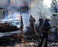 Пожарные тушат пожар стоковая фотография