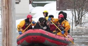 Пожарные эвакуировали жертв от затопленного дома видеоматериал