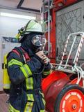 Пожарный в действии и с бутылкой кислорода и маской - пожарным Serie Стоковые Изображения RF