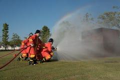пожарный моча против огня Стоковое Изображение