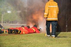 пожарный моча против огня Стоковые Фотографии RF