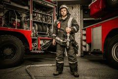 Пожарный около тележки Стоковая Фотография