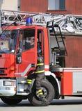 Пожарный падает быстро от пожарной машины во время firefighting стоковая фотография rf