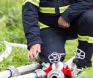 Пожарный раскрывает кран Стоковые Изображения RF