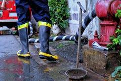 Пожарный с жидкостным огнетушителем Стоковые Фотографии RF