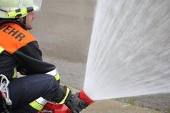 Пожарный с пикой брызга водяной пушки монитора Стоковое фото RF