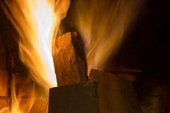 Пожар в камине изолированный пожар предпосылки черный пылая костер Швырок горит в камине Стоковое фото RF