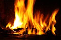 Пожар в камине, пожар пылает на черной предпосылке Стоковое фото RF