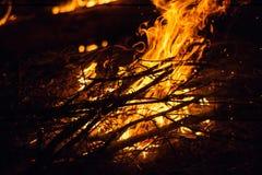 Пожар в ноче стоковые изображения rf