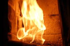 Пожар в печи камин Внутри плиты стоковые фотографии rf