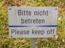 Пожалуйста держите от знака травы Стоковое Изображение