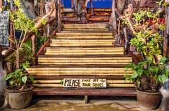 Пожалуйста примите вашим ботинкам деревянный знак Стоковые Фотографии RF