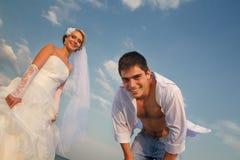 Пожененная пара гуляя на пляж Стоковые Изображения RF