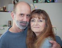 Пожененная пара с светами рождества позади Стоковая Фотография