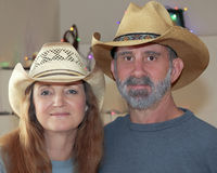 Пожененная пара с светами рождества позади Стоковая Фотография RF