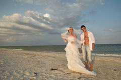 Пожененная пар пара гуляя на пляж Стоковые Изображения RF