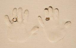 Пожененная печать руки пар на песке Стоковые Изображения