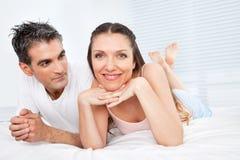 пожененное счастливое пар кровати Стоковое Изображение RF