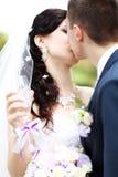 Пожененные детеныши соединяют целовать стоковое фото